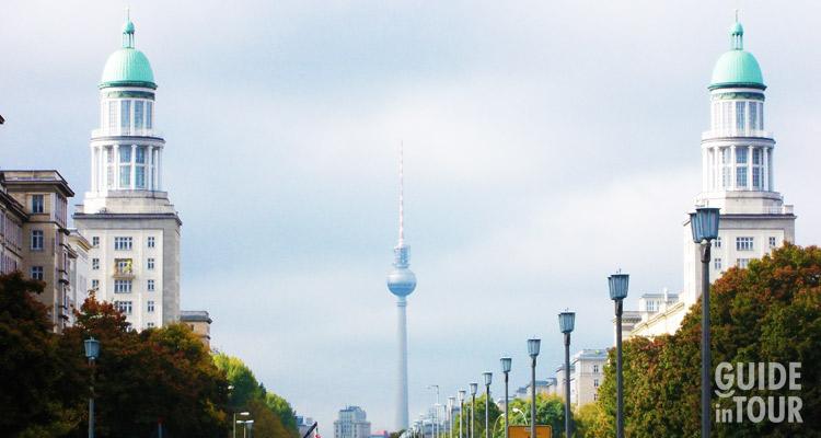 Il viale Karl Marx con la Torre della Tv in sottofondo è una delle grandi attrazioni di Berlino per coloro che sono interessati alla storia della DDR.