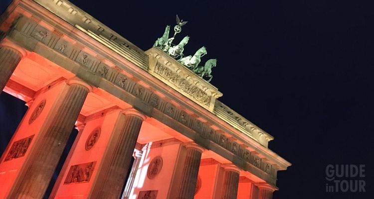 Un dettaglio della Porta di Brandeburgo illuminata in notturna, sicuramente una delle attrazioni più importanti di Berlino.