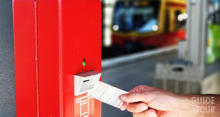 Un biglietto dei trasporti di Berlino viene obliterato all'entrata della metropolitana.