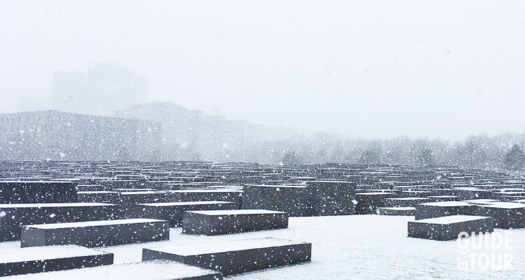 Il memoriale per gli ebrei assassinati durante il nazismo in una gioranata di neve. In inverno il clima di Berlino può essere moto rigido.