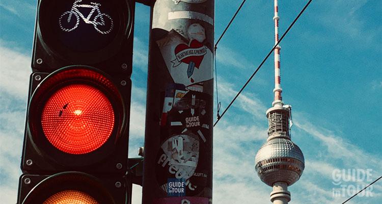 Foto della Torre della TV di Alexaderplatz, il più grande snodo di mezzi pubblici di Berlino.