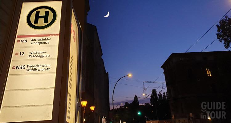 Foto di na fermata della linea notturna dei mezzi pubblici di Berlino.
