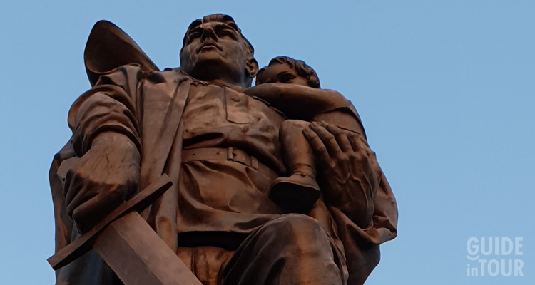 Foto della grande statua di un soldato al monumento sovietico di Berlino.