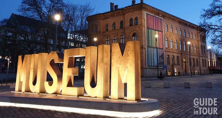 """Una grande scritta """"Museo"""" accoglie i visitatori dei musei di Berlino."""
