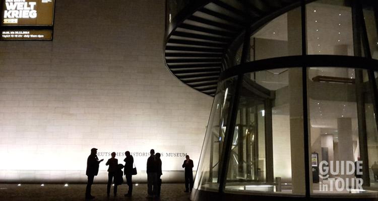 Facciate con persone in sosta davanti al museo di storia tedesca, uno dei musei più visitati di Berlino.