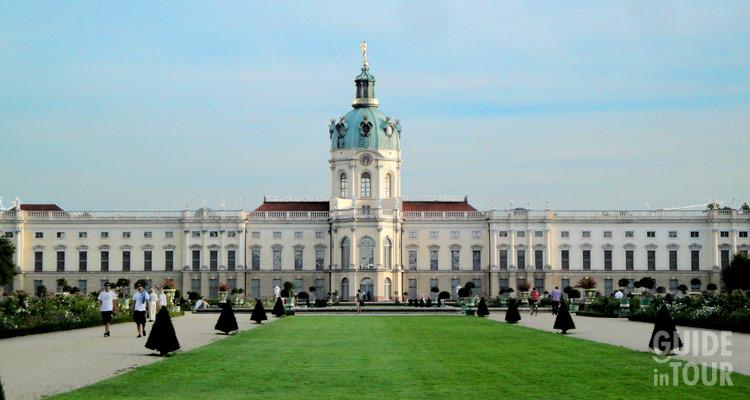 Facciata con giardino del palazzo di Charlottenburg, un museo di Berlino di arte barocca.