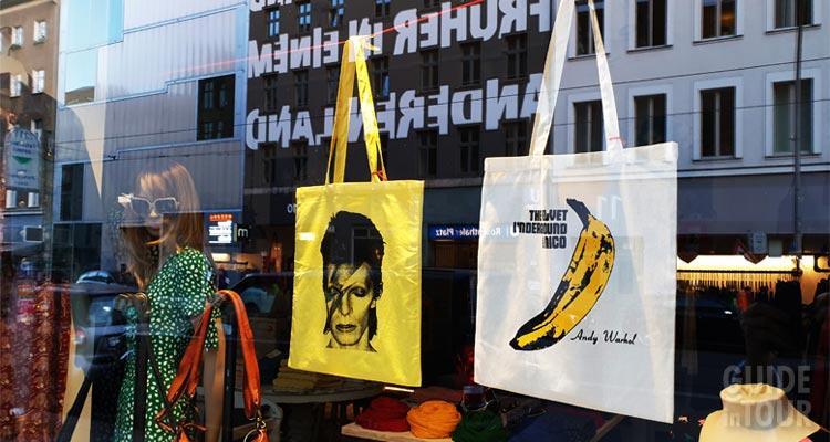 Berlino è capitale della cultura hipster. Una vetrina mostra oggetti amanti da chi segue questa moda.