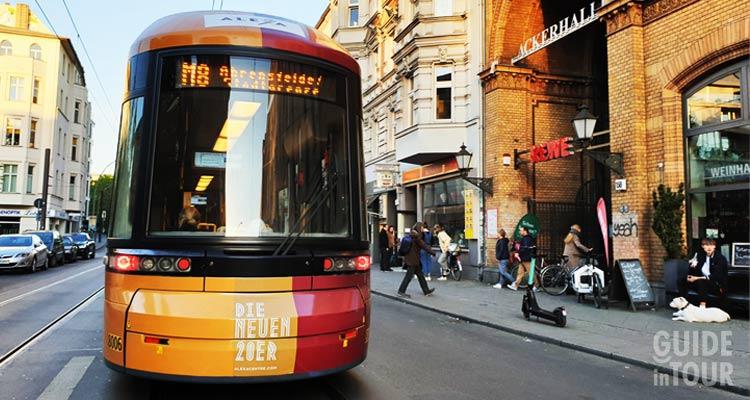un tram di Berlino lungo la rete dei mezzi pubblici.