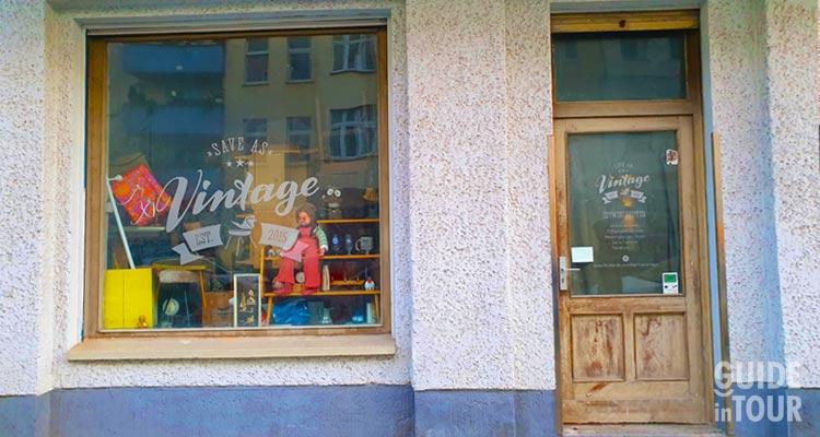 Una tipica vetrina di un negozio vintage a Berlino dove fare acquisti de seconda mano.