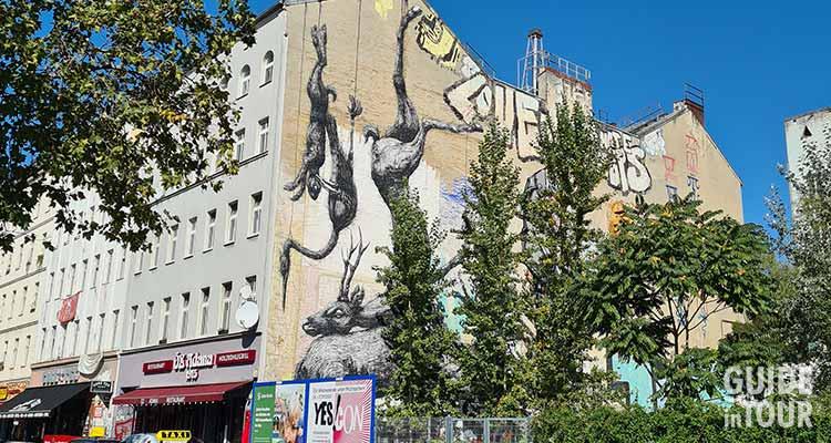 Faccia di un edifico di un quartiere alternativo di Berlino, con graffiti e street art.