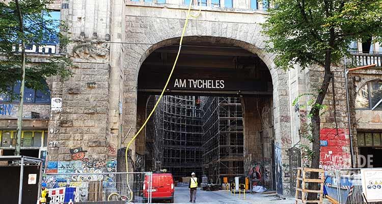 Entrata all'edificio del Tacheles a Berlino. Cambiamento urbano e gentrificazione a Berlino.