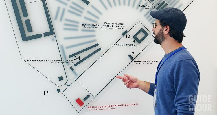 Una guida italiana conduce un tour al Memoriale del campo di concentramento di Sachsenhausen.