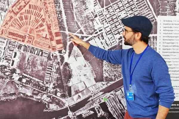 una guida italiana del campo di concentramento di Berlino durante il tour del memoriale.