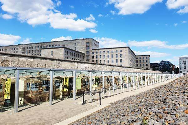 Il memoriale delle topografia del terrore viene visitato durante il free tour di Berlino.