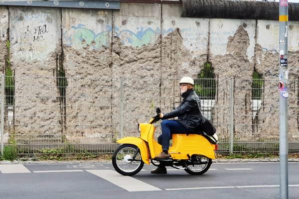 muro-di-berlino-ddr-moto-tipica