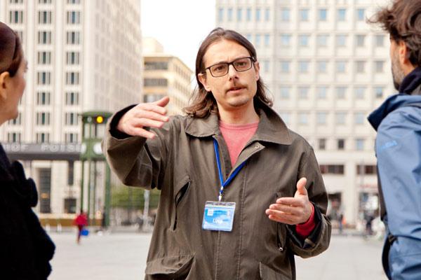 guida turistica durante il tour della Berlino comunista e del muro di Berlino