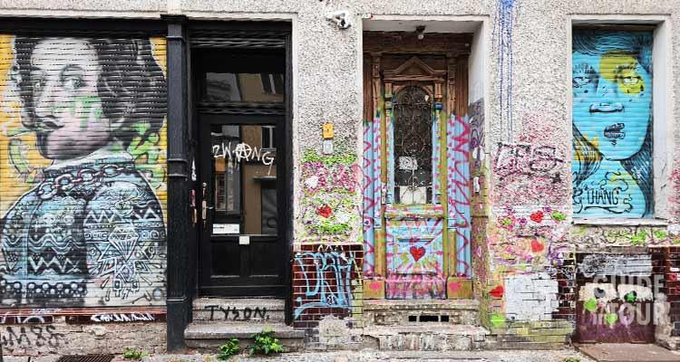 Facciate di Kreuzberg con molta arte urbana, street art e graffiti simbolo della Berlino alternativa.