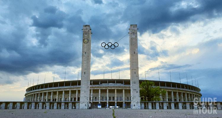 Lo stadio olimpico illuminato al tramonto impressiona i visitanti e lo rende una delle attrazioni più importanti di Berlino.
