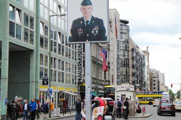 Il Checkpoint Charlie è uno dei luoghi visitati con il free tour di Berlino.