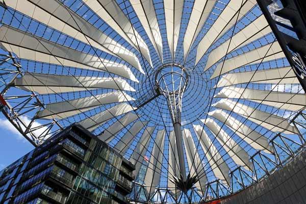 Sony Center a Potsdamer Platz visita nel free tour di Berlino in italiano.