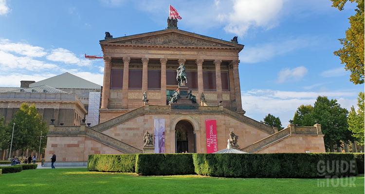 Facciata dell'antica galleria nazionale sulla Isola dei Musei di Berlino.