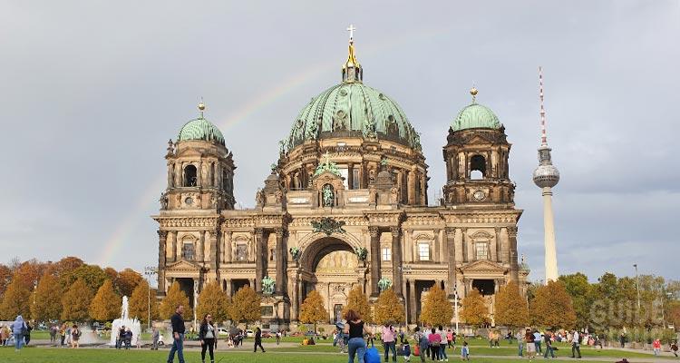 Panoramica derl Duomo di Berlino sull'Isola dei Musei di Berlino.
