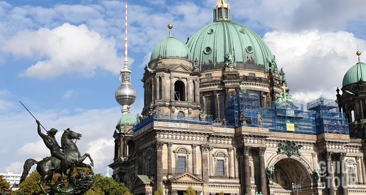Il Berliner Dom sull'Isola dei Musei con in sottofondo la Torre della TV di Alexanderplatz.