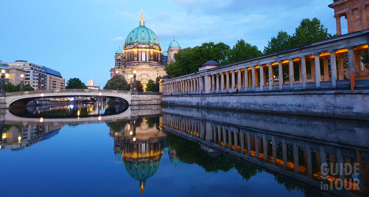 Vista dal fiume Sprea dell'Isola dei Musei e del Duomo di Berlino.