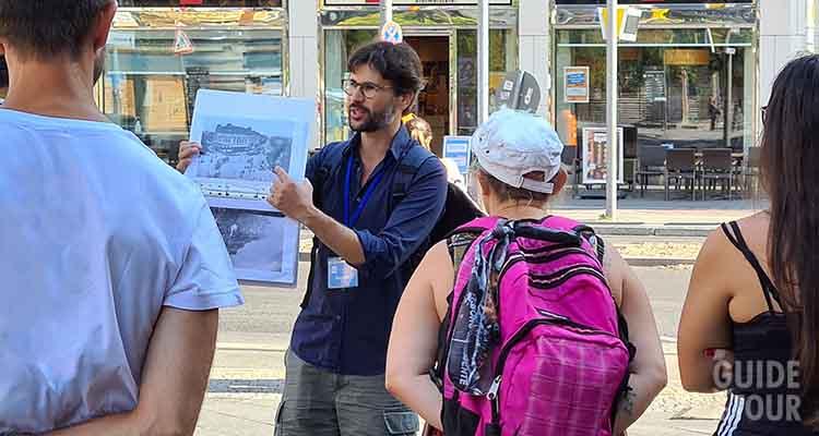 Una guida mostra a dei visitatori attività da fare a Berlino.