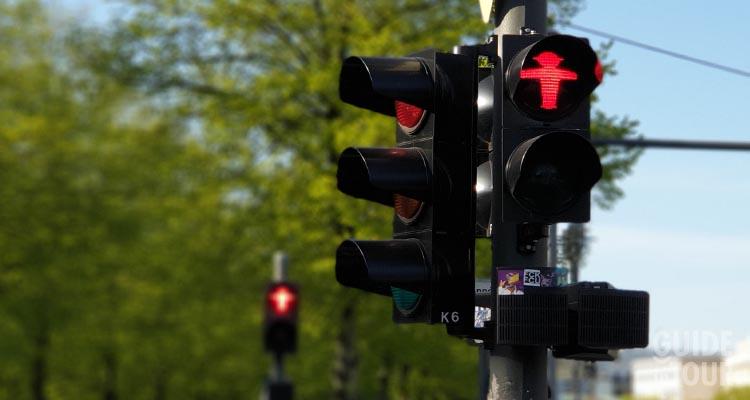 Passare con il semaforo rosso è una delle cose da non fare a Berlino.