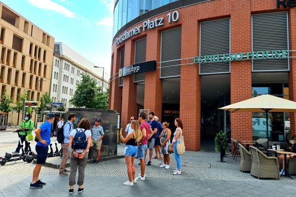 Una guida italiana accoglie il gruppo di un tour di Berlino.