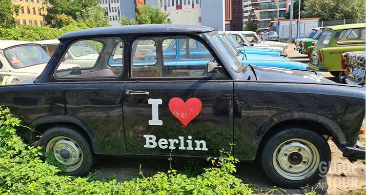Una Trabant è parcheggiata su una strada di Berlino.