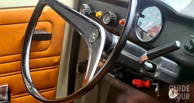 Foto degli interni della Trabant, l'auto della Germania comunista.