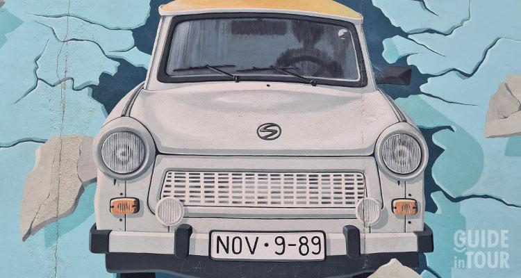 La Trabant sfonda simbolicamente il Muro di Berlino