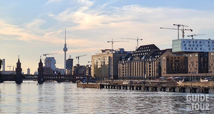 Panoramica del ponte rosso di Berlino, il ponte Oberbaumbruecke fotografato dal fiume Sprea.