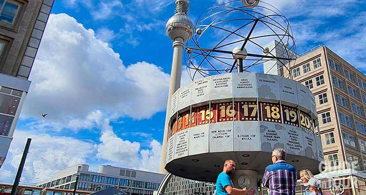 Foto della Torre della TV ad Alexanderplatz, l'antenna che emetteva il segnale radiotelevisivo di Berlino Est.