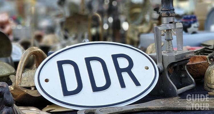 Cartello con scritto DDR, il governo di Berlino Est.