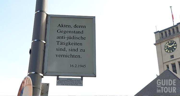 Foto di un cartello con una legge antisemite al monumento commemorativo al Bayerischen Viertel a Berlino.
