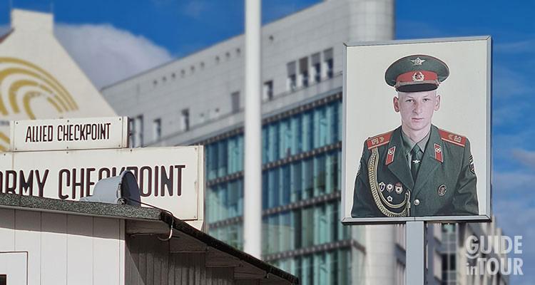 il Checkpoint Charlie oggi, il vecchio passaggio di frontiera fra Berlino Est e Berlino Ovest.