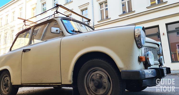come si viveva a Berlino Est. Foto di una Trabant in un quartiere di Berlino.