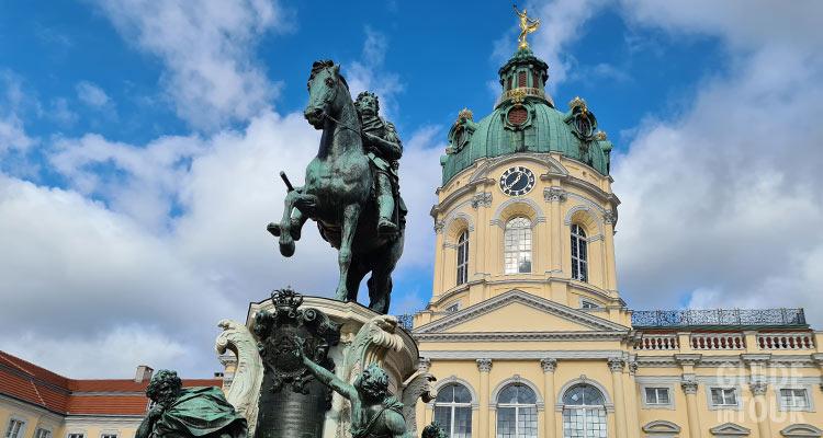 Statua equestre di Federico I posta difronte al Palazzo di Charlottenburg a Berlino.