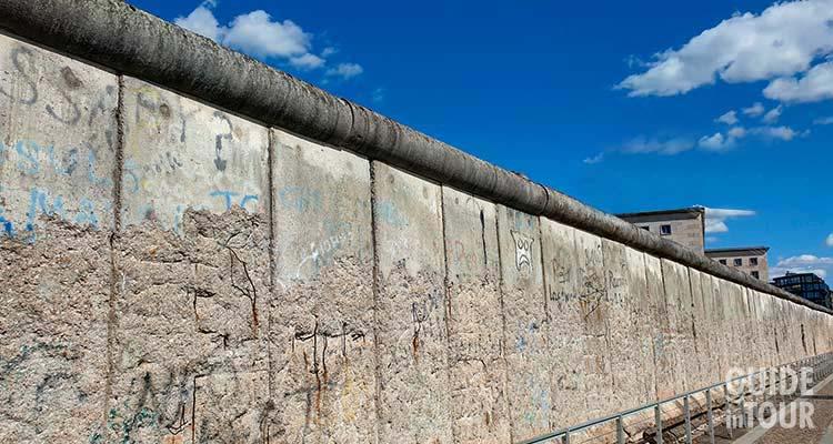 Un segmento del Muro di Berlino fotografato da Berlino Est.