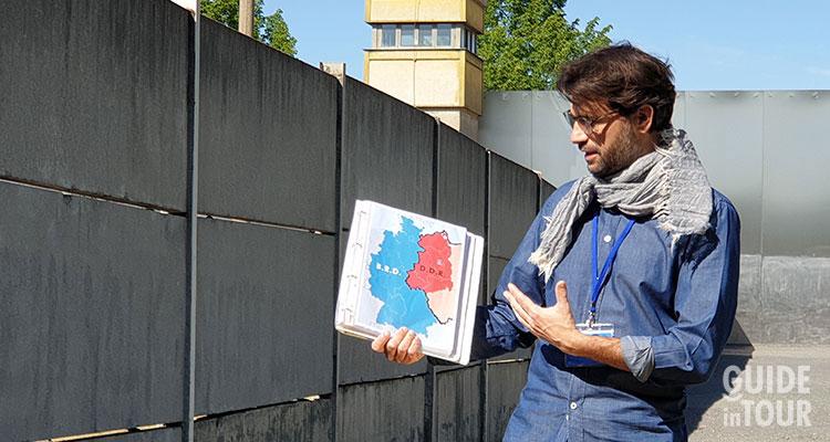 Una guida in un tour di Berlino Est e il Muro.