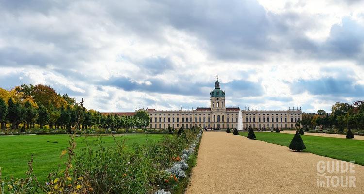 Vista dalla fine del giardino del Palazzo  Schloss Charlottenburg a Berlino.