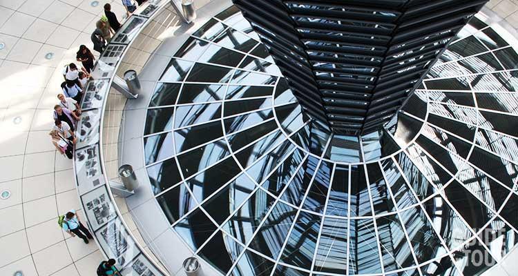 Una parte della cupola di vetro del parlamento tedesco Reichstag a Berlino progettato dall'architetto Norman Foster.