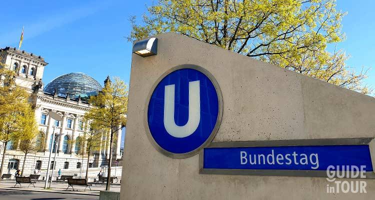 Entrata della stazione Bundestag al Palazzo del Reichstag a Berlino.