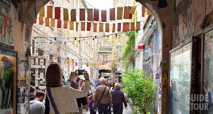 Entrata ai cortili di Berlino per accedere alla galleria Neurottitan dove potrai aquistare ottimi souvenir di Berlino.