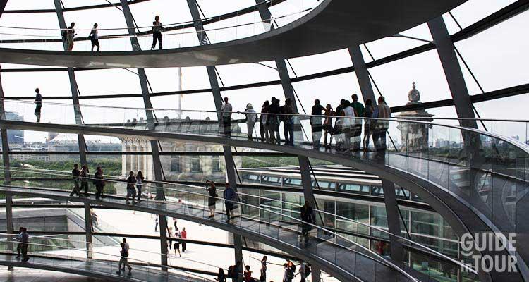 Visitatori alla cupola del Reichstag, la sede del Parlamento tedesco a Berlino.