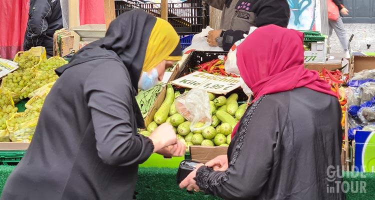 Avventrici al mercato turco di Kreuzberg a Berlino.