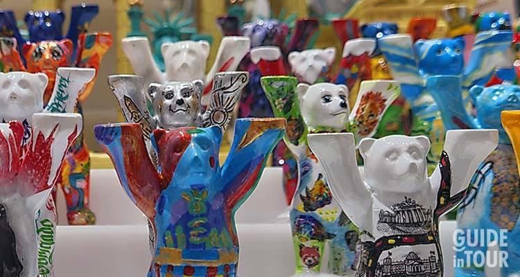 Vetrina con esposti i Buddy Baers, i tipici souvenir di Berlino.